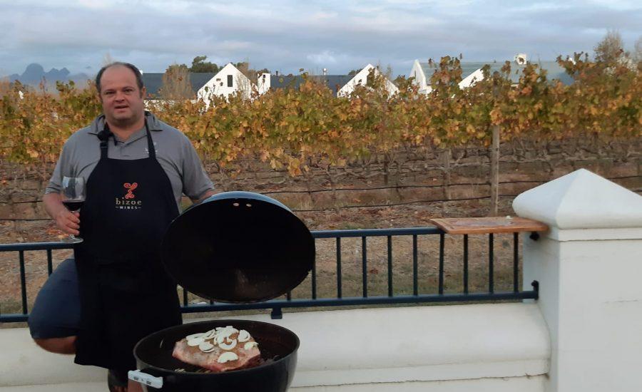 Rikus Neethling of Bizoe Wines while cooking on Weber